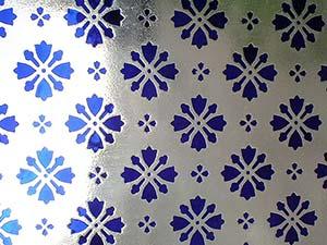 Verre diamanté ancien à décor gravé de couleur bleu