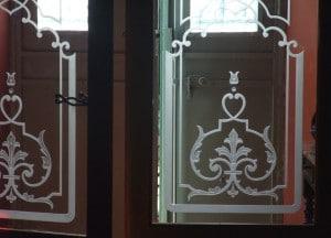 verre ancien gravé et porte en bois